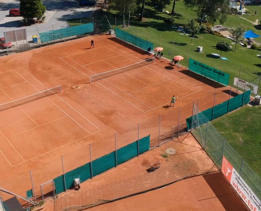 Tennisanlage Luftbild aufgenommen mit einer Drohne